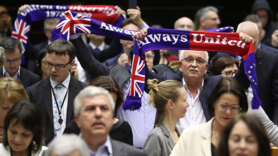 """""""Siempre unidos"""", dice la bufanda que llevaban algunos parlamentarios durante la sesión en la Eurocámara de este miércoles."""