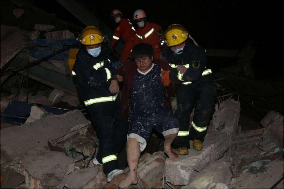 Rescatadores sacan a un herido de entre los escombros.