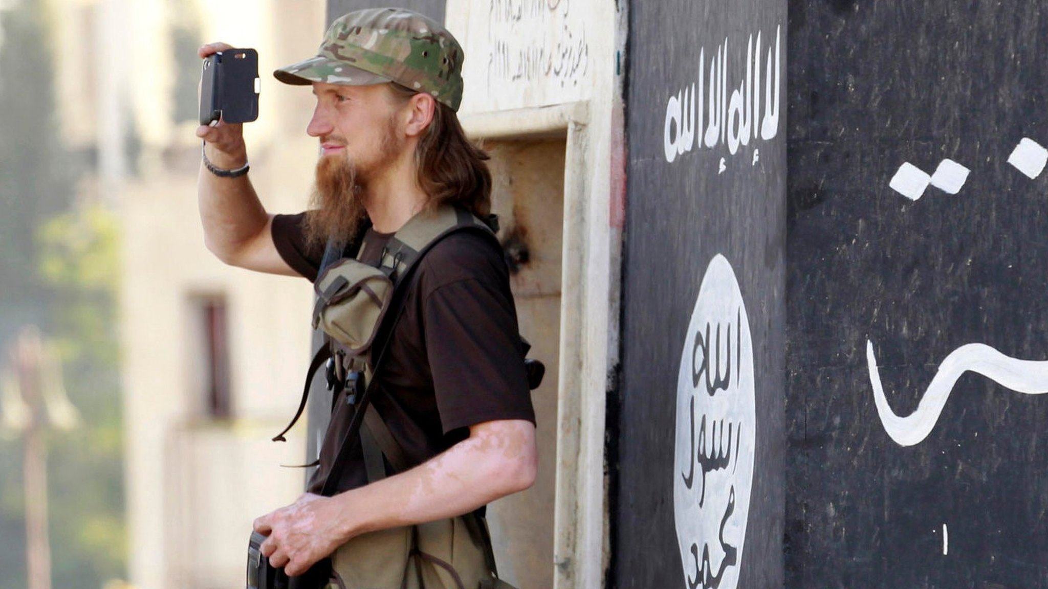How many IS foreign fighters are left in Iraq and Syria?