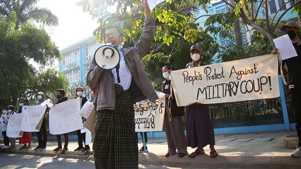 احتجاج الناس في الشارع ضد الجيش بعد انقلاب يوم الاثنين، خارج جامعة ماندالاي الطبية في ماندالاي، ميانمار، 4 فبراير/شباط 2021
