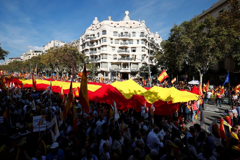 catalonia crisis thousands rally in barcelona for spanish unity bbc news bbc com