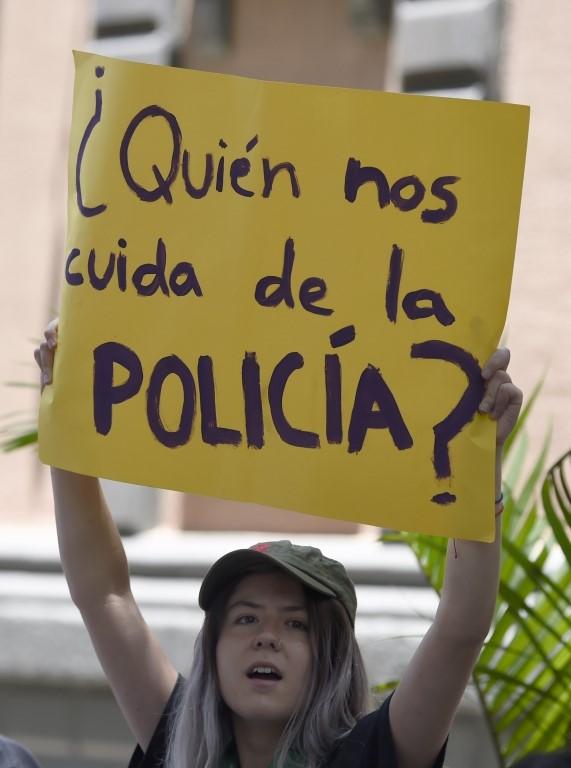 Una manifestante con una pancarta