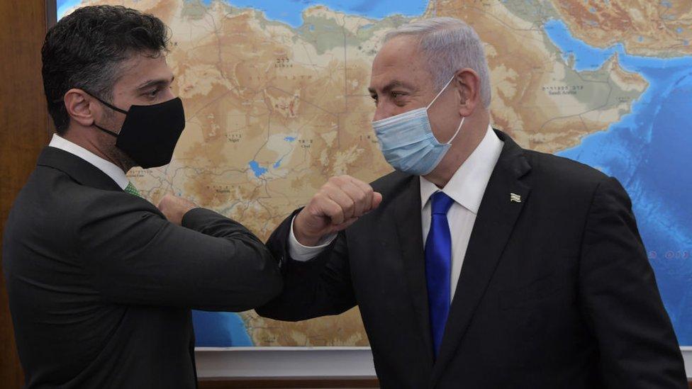 El embajador de Emiratos Árabes Unidos en Israel, Muhammad Mahmoud Al Khaja, junto al primer ministro de Israel, Banjamín Netanyahu.