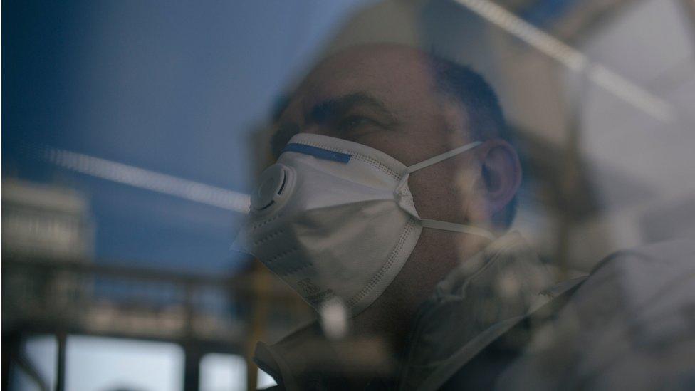 čovek s maskom u prevozu