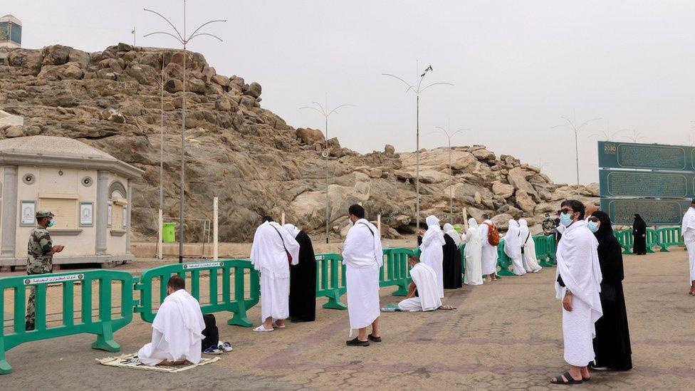 يوم عرفة: صعد الحجيج الجبل للصلاة.