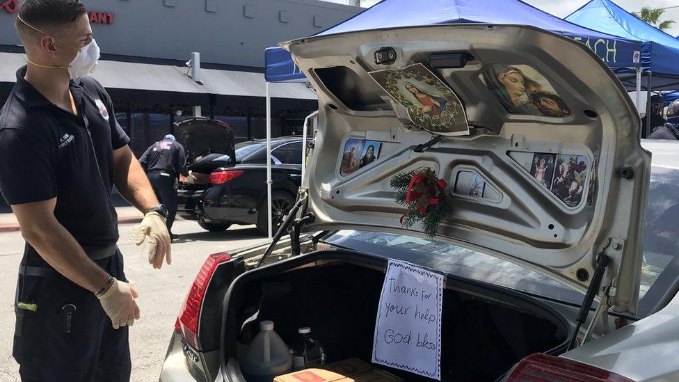 """""""Gracias por la ayuda, que Dios los bendiga"""" se lee en un cartel en un maletero"""