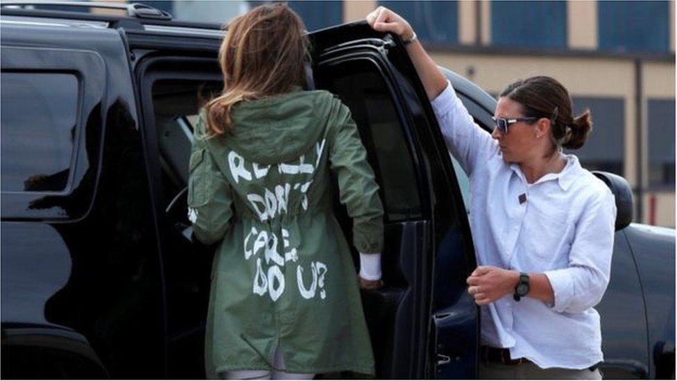 梅拉尼婭去看望移民兒童拘留中心時,所穿的一件夾克衫背後的字引起了爭議。