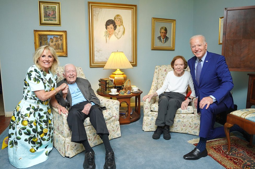 La primera dama, Jill Biden; el expresidente Jimmy Carter y su esposa, Rosalynn Carter; y el presidente, Joe Biden.