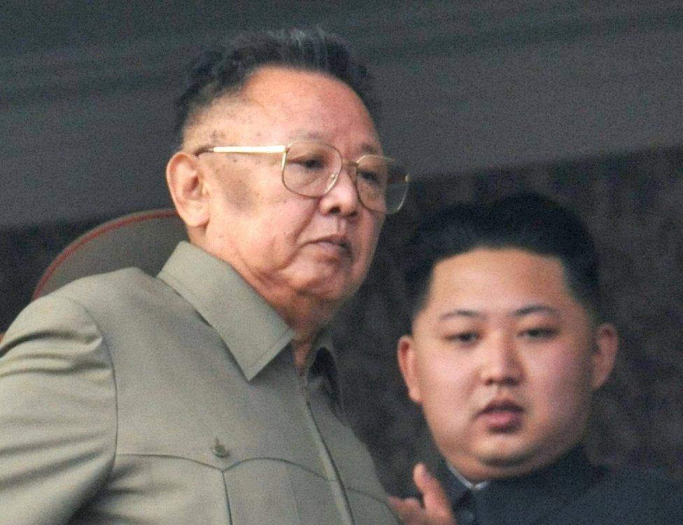 El fallecido líder de Corea del Norte, Kim Jong-il (i), con su hijo, Kim Jong-un.
