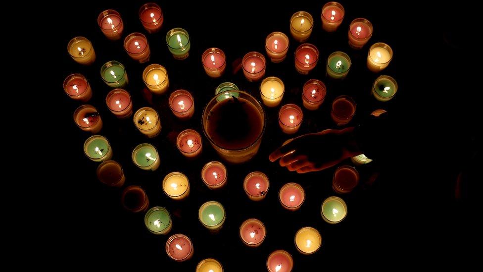 نيوزيلنديون يوقدون الشموع تأبينا لضحايا الهجومين المروعين على مسجدي كرايست تشيرتش.
