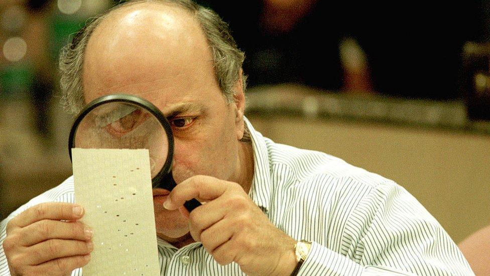Inspección de una papeleta electoral en Florida, 2000