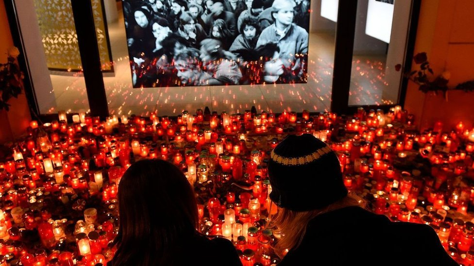 """Par obeležava godišnjicu Plišane revolucije iz 1989. godine, koja je pomogla da se sruši komunistički režim u Čehoslovačkoj - još jedan od primera za """"pravilo od 3,5 odsto"""" Erike Čenovet"""