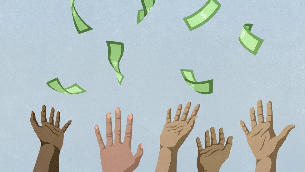 Manos cogiendo dinero