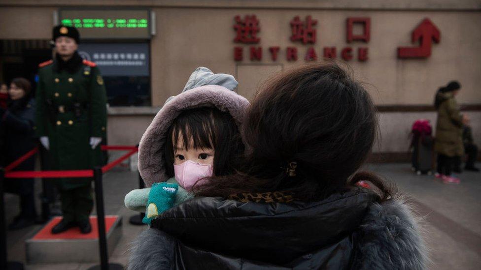 Una madre con su hija que porta una mascarilla