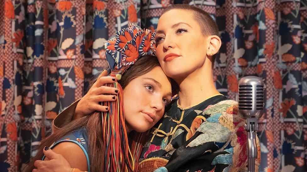"Maddie Ziegler y Kate Hudson protagonistas de ""Música""."