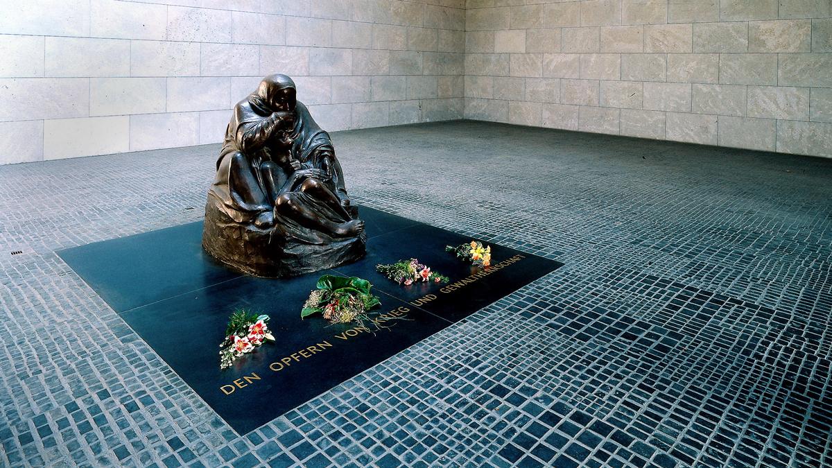 """1998年,紀念館中的凱綏·珂勒惠支(Kathe Kollwitz)的雕塑""""母親與亡子""""( Pieta)"""