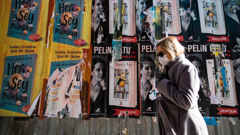 İstanbul sokaklarında maskeyle yürüyen bir kişi.