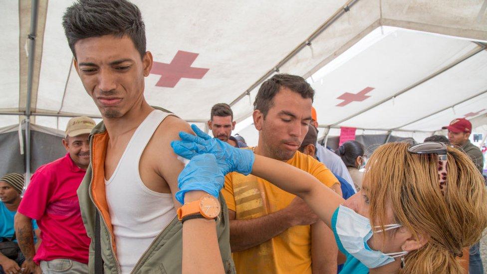 Venezolanos vacunándose