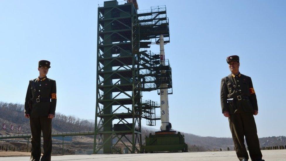Soldados norcoreanos frente a un cohete Unha-3 en la estación de lanzamientos de satélites Sohae en Tongchang-Ri (2012)