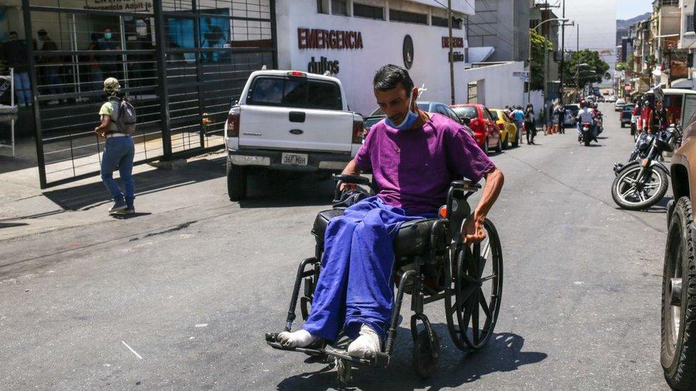 Hombre en silla de ruedas en un hospital de Venezuela