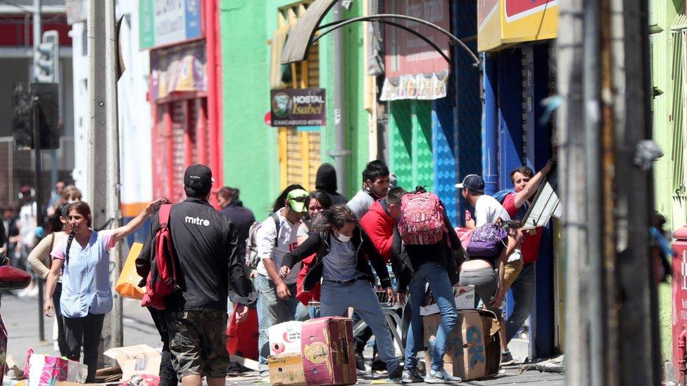 Saqueo de una tienda en Valparaíso.