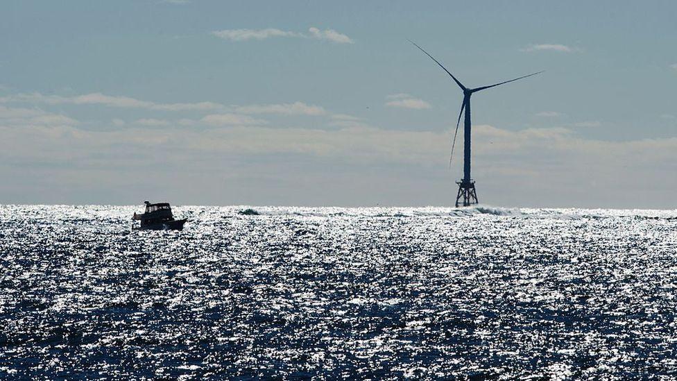 Molino de viento en el mar