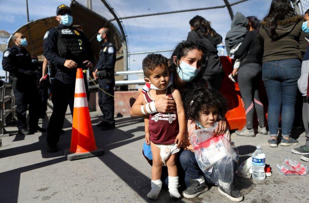 Migrantes rechazados en El Paso, Texas, en la frontera con México. 18 de marzo