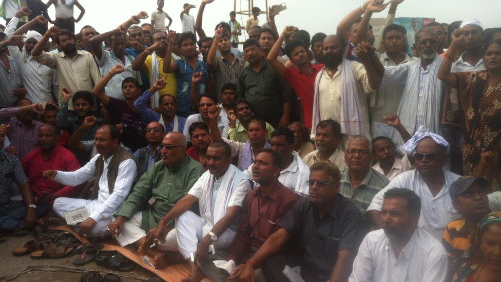 Protestors at the border sit and shout slogans