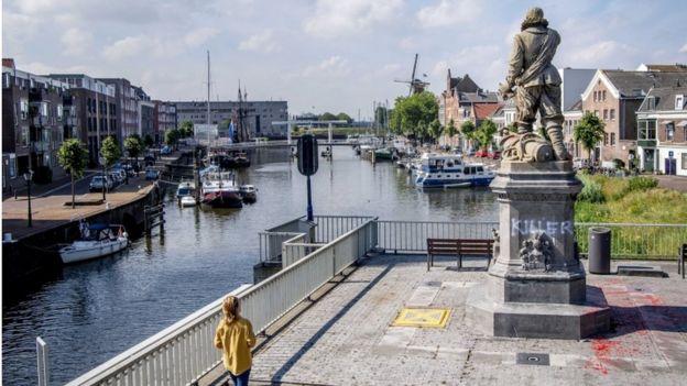 """تم رسم كلمة """"القاتل"""" على تمثال بيت هاين في روتردام الشهر الماضي"""
