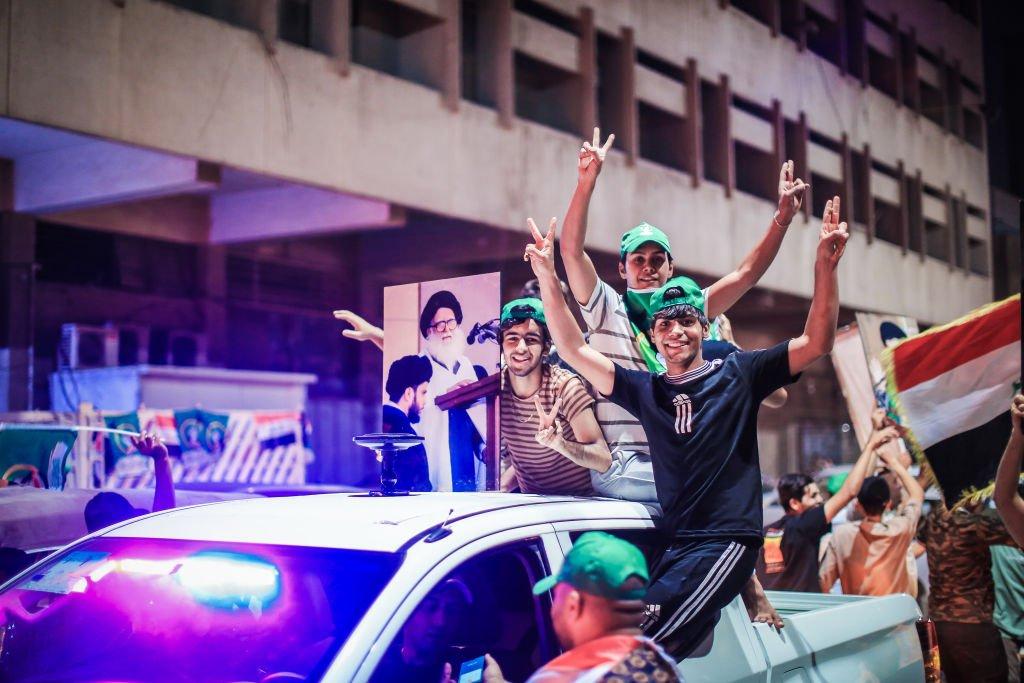 أنصار الصدر يحتفلون في الشوارع عقب إعلان النتائج الأولية للانتخابات التي تصدرها التيار الصدري