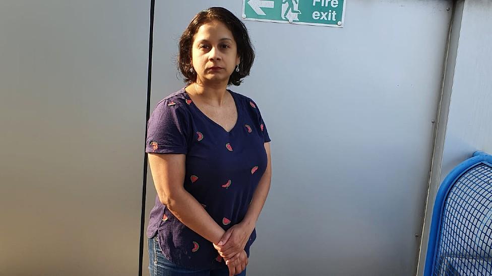 Ritu Saha en su edificio en las afueras de Londres