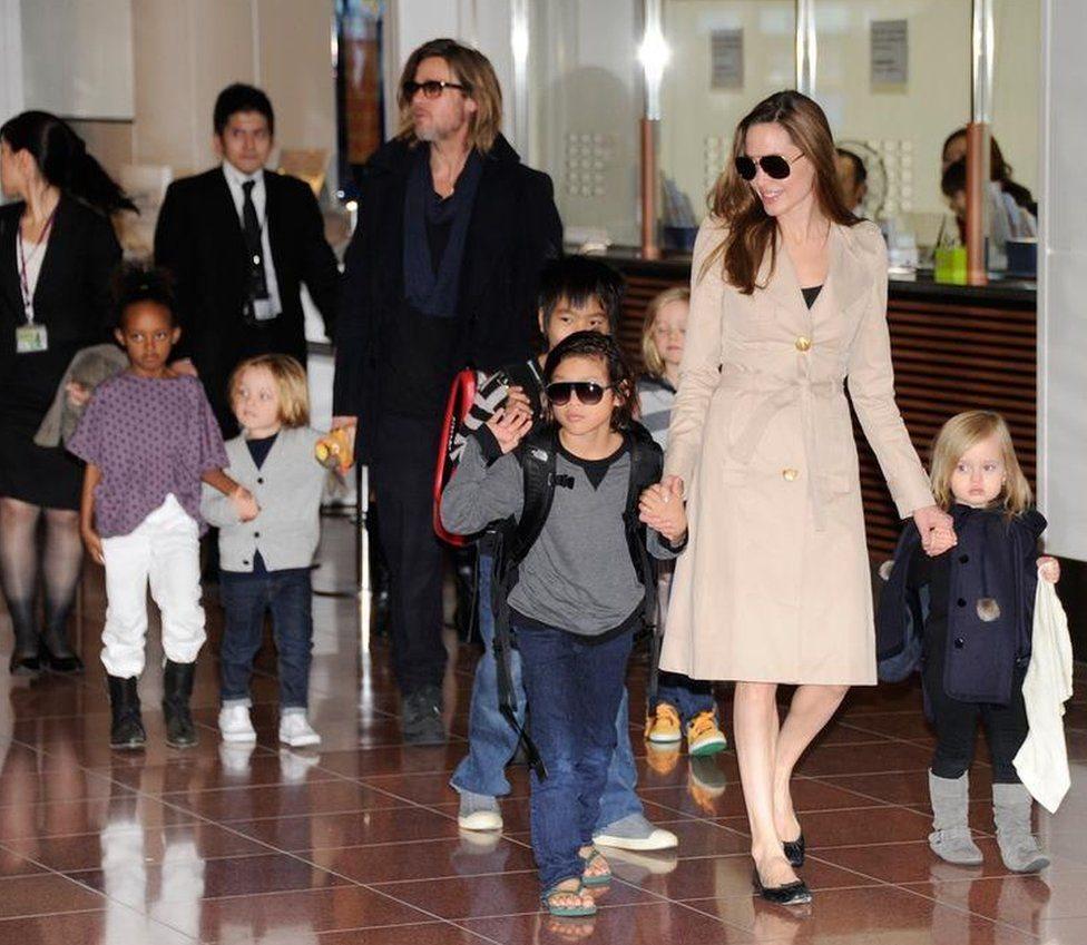أنجيلينا جولي وبراد بيت وأطفالهما