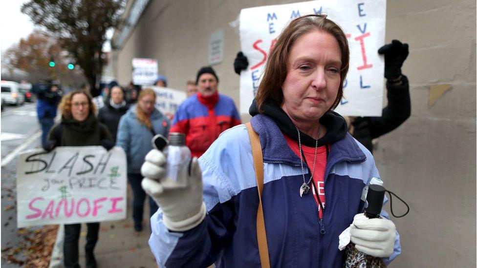 抗議胰島素價格飆升的集會示威。亞力克的媽媽手裏拿著的是一小瓶兒子的骨灰。