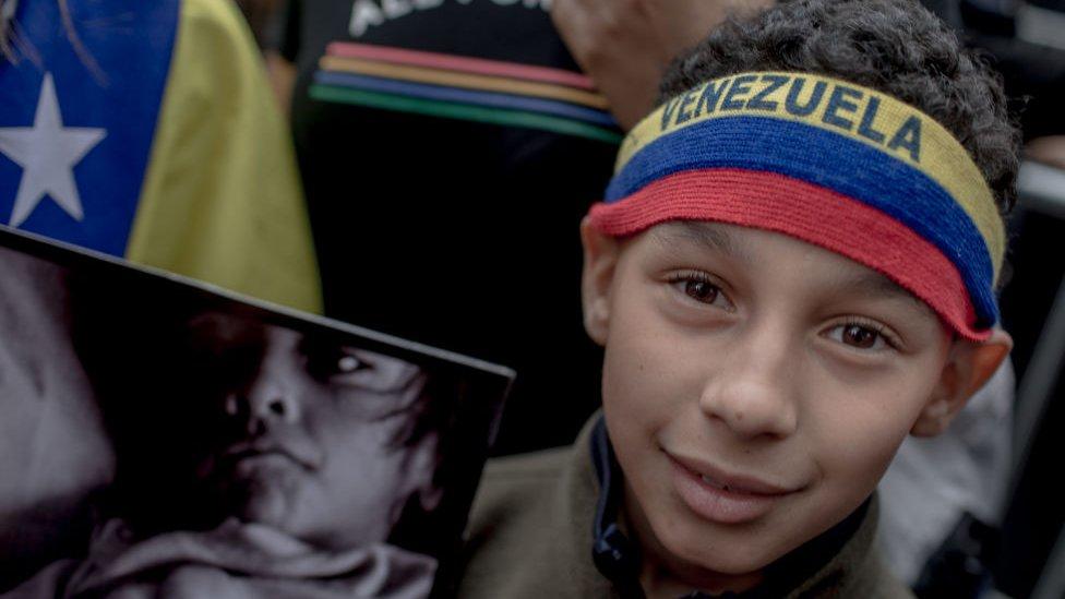 Un niño venezolano en una protesta en Nueva York