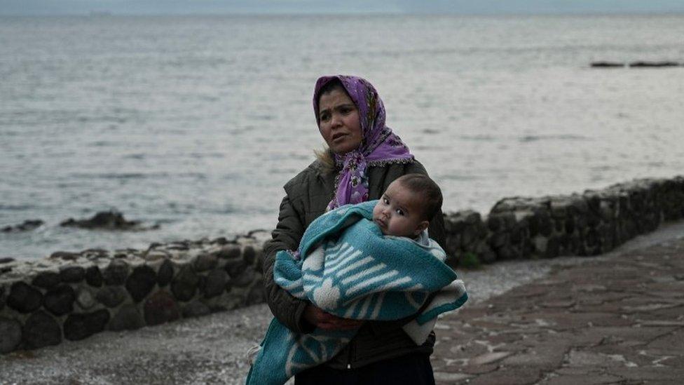 Majka nosi dete na ostrvu Lezbos