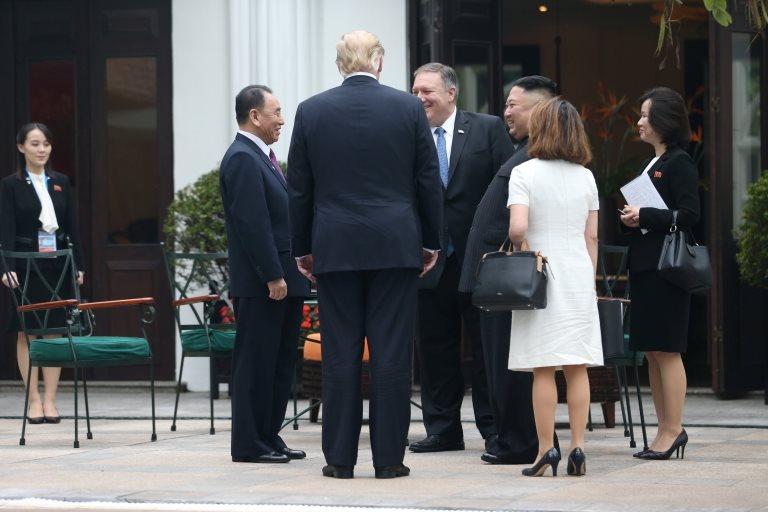 Kim Yo-jong vista junto a los líderes