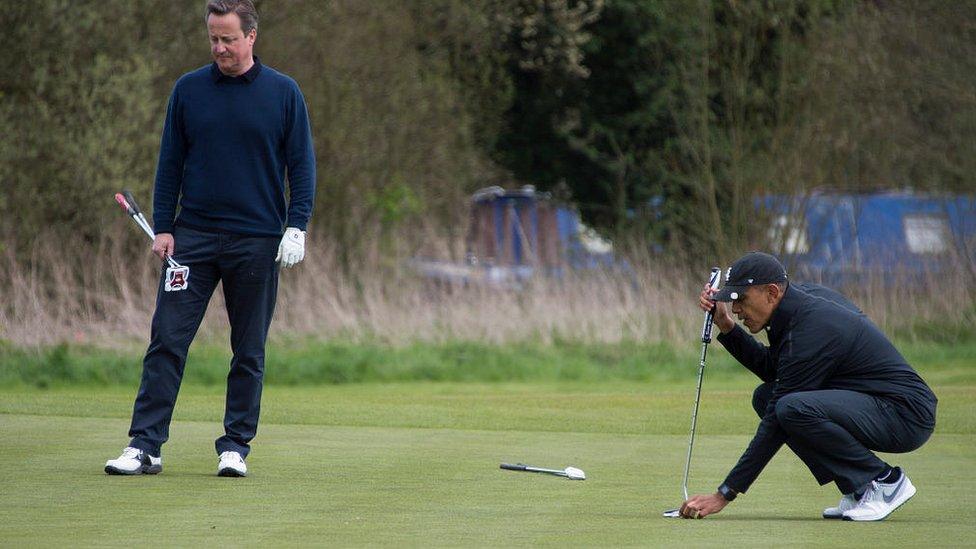 ديفيد كاميرون وباراك أوباما يلعبان الغولف بالقرب من واتفورد في انجلترا في 23 أبريل/نيسان عام 2016