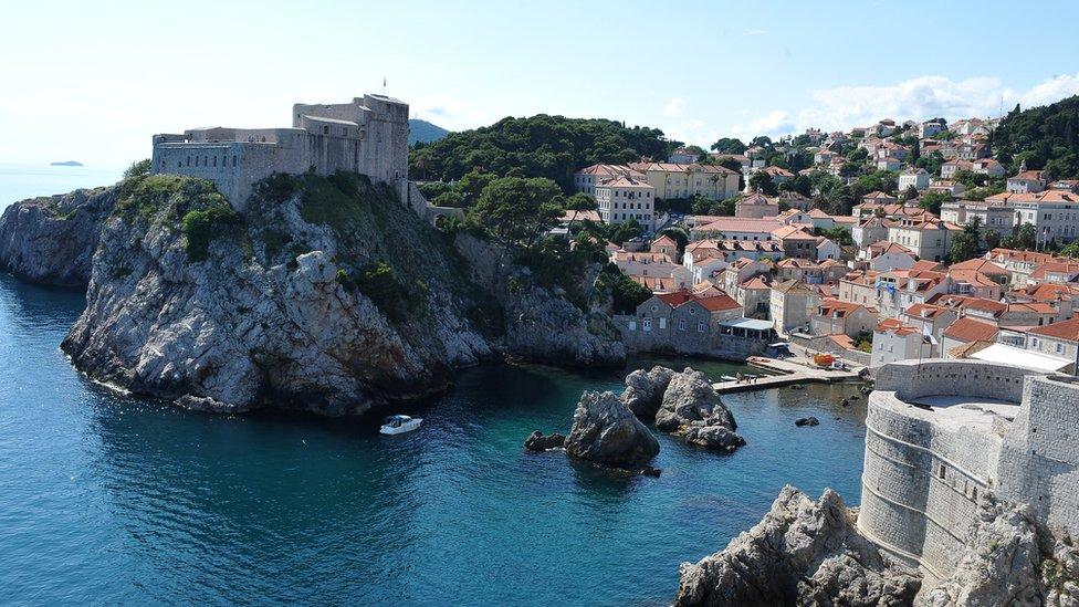 Muros de defensa medievales rodean la ciudad histórica de Dubrovnik.