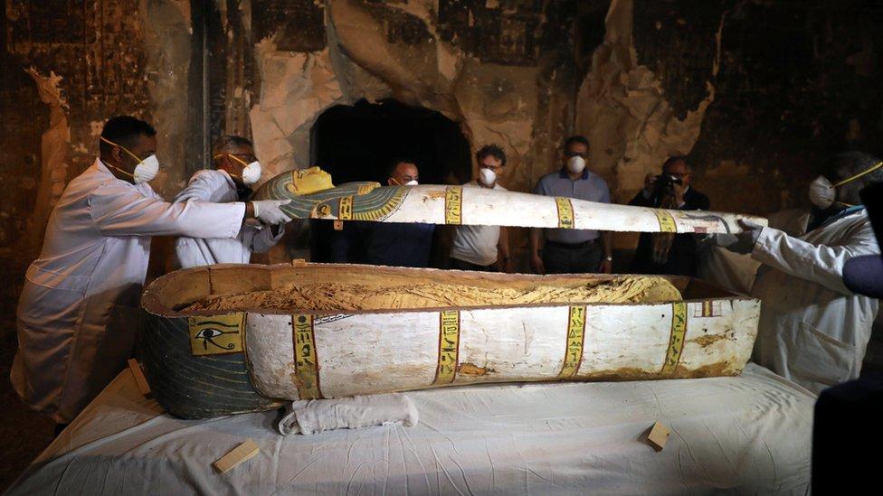 تابوت مكتشف في المقبرة