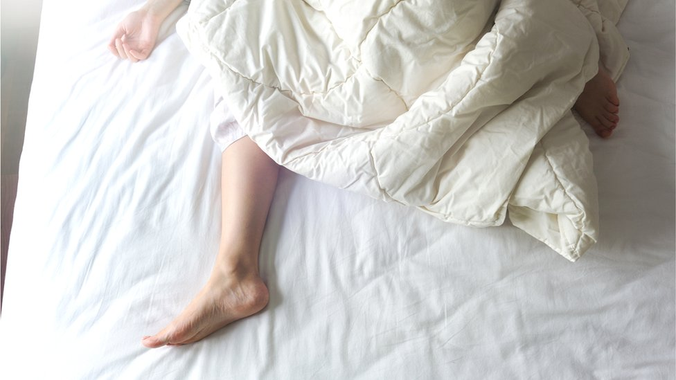 Noge žene koja je u krevetu