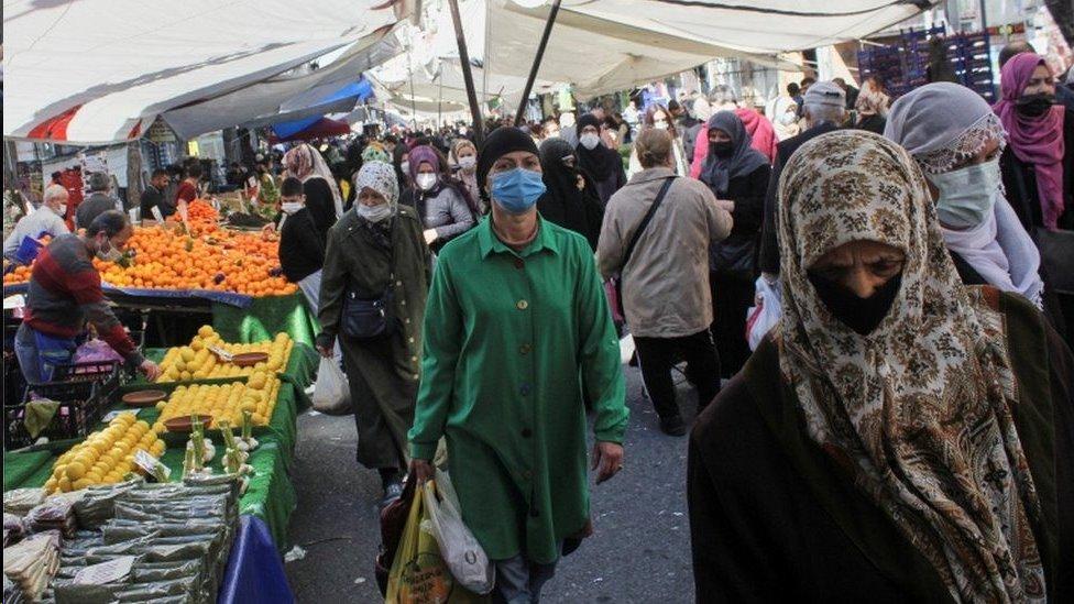 الشوارع والأسواق مزدحمة قبل الإغلاق الذي يبدأ مساء الخميس