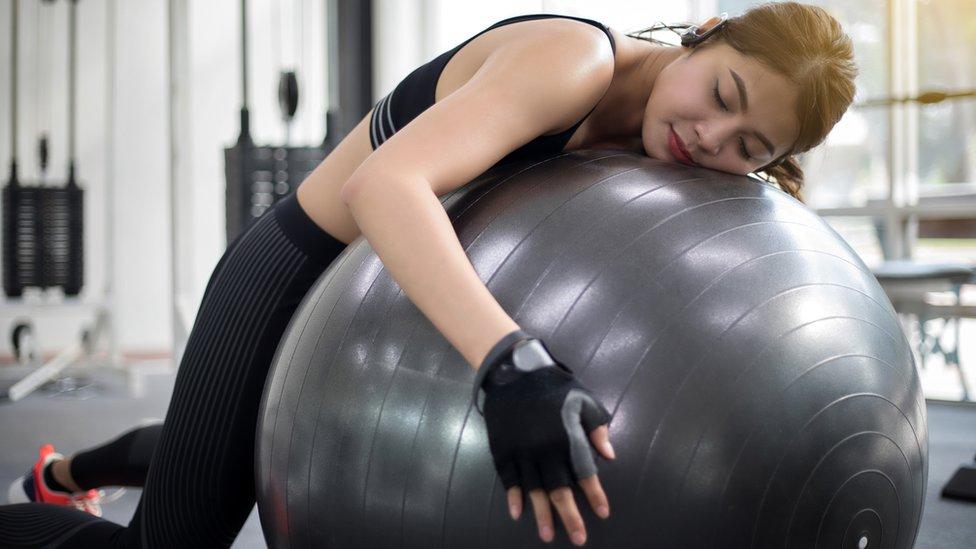 Mujer durmiendo mientras hace ejercicio