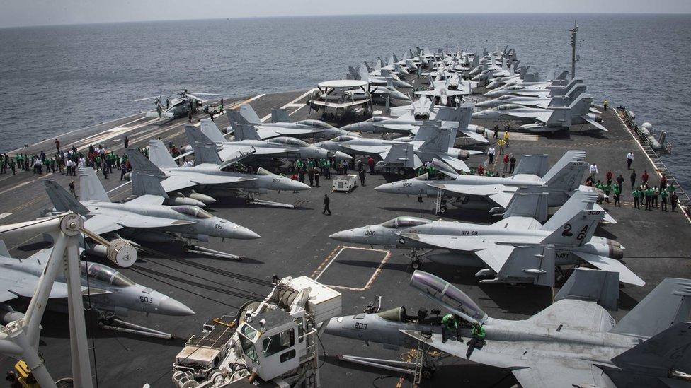 حاملة الطائرات الأمريكي أبراهام لينكولين في مياه الخليج