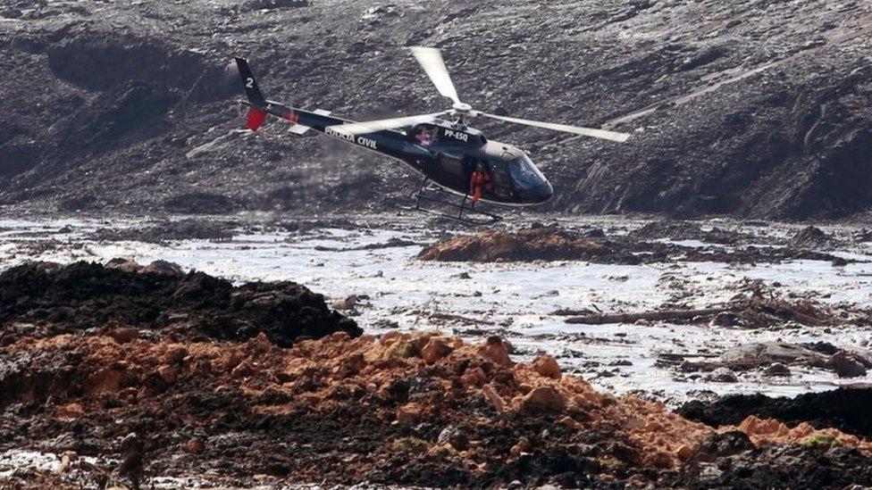 Un helicóptero en las operaciones de rescate