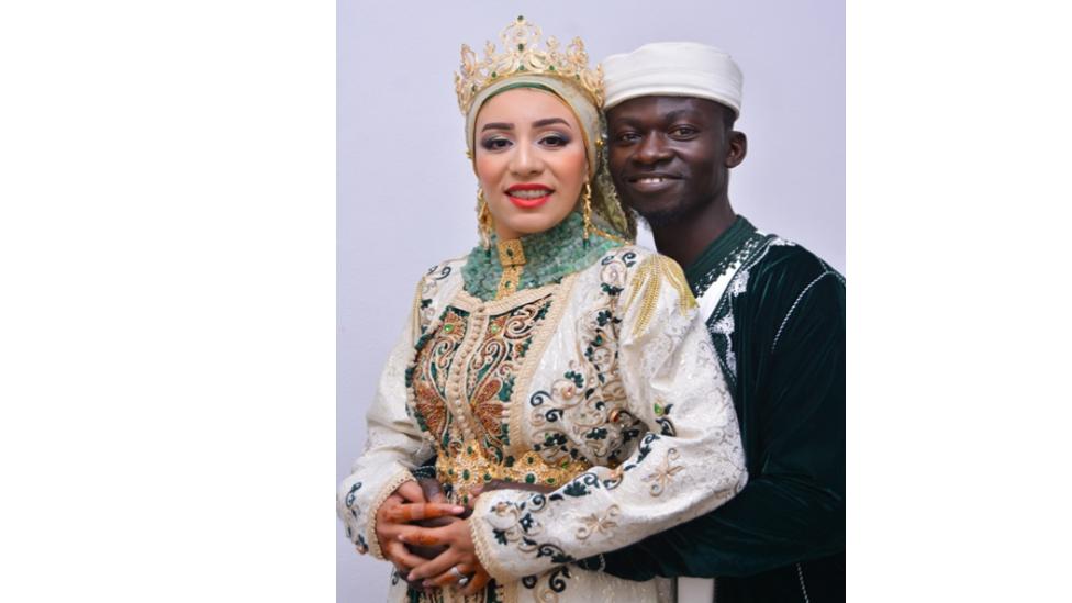 صورة التقطت للعروسين فاطمة الزهراء بنجدو وأحمد كامارا أثناء حفلة زفافهما