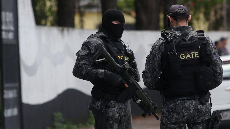 Policajci obezbeđuju područje oko škole u Suzanu