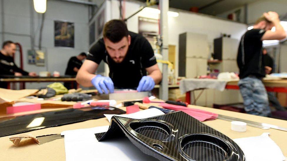 Seorang teknisi di pabrik Mate Rimac di luar Zagreb.