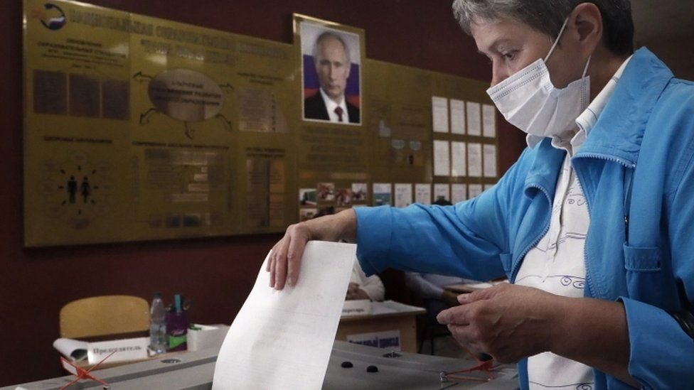 سيدة تدلي بصوتها في استفتاء روسي على تغيير الدستور