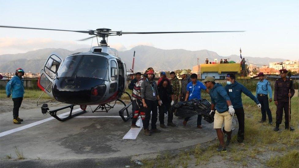 Tela su prenesena na Nepalski aerodrom Pohara i dalje u Kathmandu bolničkim helikopterom