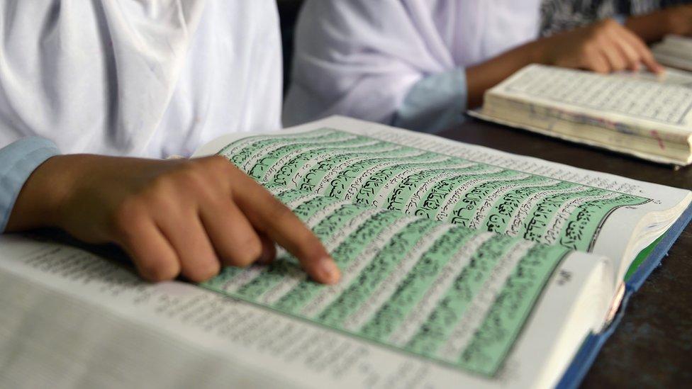 فتيات هنديات يقرأن القرآن